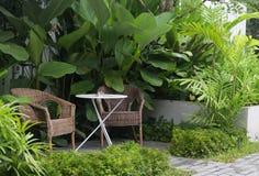 Belle table vivante de luxe moderne avec le jardin vert extérieur v images libres de droits