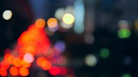 Belle tache floue de feux de signalisation de nuit de voitures de Bokeh sur la rue passante à Bangkok, Thaïlande 4K banque de vidéos
