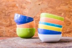 Belle tazze di colore su fondo di legno Fotografia Stock Libera da Diritti