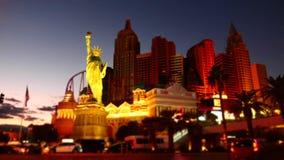 Belle temps-faute de Las Vegas la nuit avec des voitures roulant sous l'hôtel de New York banque de vidéos