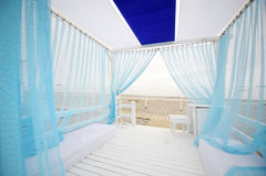 Belle tente blanche et bleue Photos stock