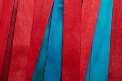 Belle texture des lamelles en bois naturelles de la turquoise bleue et des couleurs rouges photo libre de droits