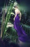 Belle, timide fille dans la longue robe pourpre Photo libre de droits