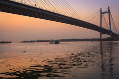 Belle tonalité de coucher du soleil sur la rivière Hooghly avec le pont de Vidyasagar Setu au contexte Images stock