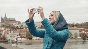 Belle touriste de jeune femme à Prague, faisant Selfie ou prenant la photo avec son téléphone portable, concept de déplacement banque de vidéos