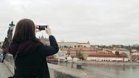 Belle touriste de jeune femme à Prague, faisant Selfie ou prenant la photo avec son téléphone portable, concept de déplacement clips vidéos