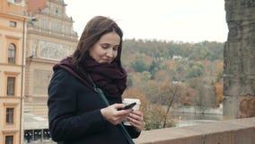 Belle touriste de jeune femme à Prague utilisant son Smartphone, concept de déplacement banque de vidéos