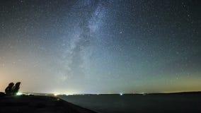Belle tracce della stella sopra il lago vicino alla strada principale stock footage
