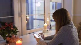 Belle transmission de messages de fille avec des amis s'asseyant à la table banque de vidéos