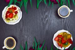 belle tulipe fraîche de ressort avec la tasse du café et du gâteau sur le fond foncé Temps de café Cadeau de fleur Photos libres de droits