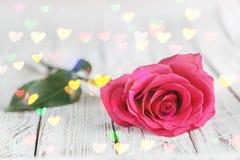 Belle une rose de rose sur la table blanche avec le bokeh de coeurs Concept d'amour Images libres de droits