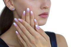 Belle unghie del ` s della donna con il bello ombre del manicure francese Fotografie Stock