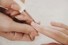 Belle unghie di tiraggio con smalto beige immagini stock