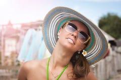 Belle vacanze estive di spesa della ragazza Fotografia Stock