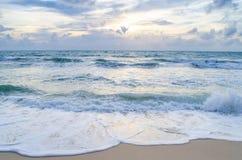 Belle vague sur la plage Images stock