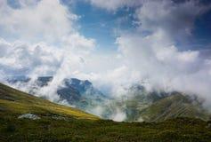 Belle vallée dans les montagnes de la Roumanie Photo stock