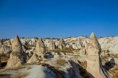 Belle vallée de Cappadocia avec des formations de roche volcanique photos libres de droits