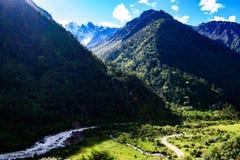 Belle vallée de montagne dans Himalayanmountainrange photos libres de droits