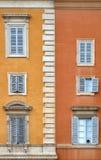 Belle vecchie finestre a Roma (Italia) Fotografia Stock