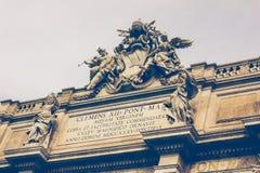 Belle vecchie finestre a Roma (Italia) Dettaglio architettonico di Fontana famosa di Trevi Fotografie Stock