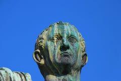 Belle vecchie finestre a Roma (Italia) Statua di Nerva immagini stock
