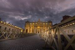 Belle vecchie finestre a Roma (Italia) Una vista della st Peters Basilica, Vaticano Fotografia Stock