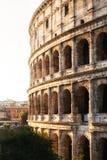 Belle vecchie finestre a Roma (Italia) Uno del posto più popolare in mondo - Roman Coliseum Immagini Stock