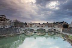 Belle vecchie finestre a Roma (Italia) Vista dei ponti sopra il fiume il Tevere Fotografia Stock