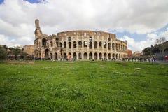 Belle vecchie finestre a Roma (Italia) Vista del Colosseum Fotografia Stock
