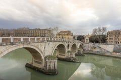 Belle vecchie finestre a Roma (Italia) Vista sotto il ponte Immagini Stock