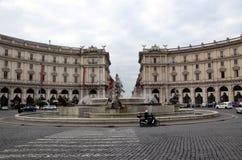 Belle vecchie finestre a Roma (Italia) Viste della città Fotografie Stock Libere da Diritti