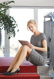 Belle verticale de femme d'affaires photos stock