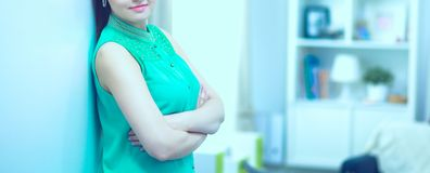 Belle verticale de femme D'isolement sur le fond blanc photo libre de droits
