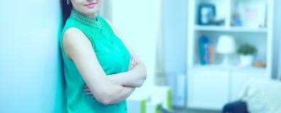 Belle verticale de femme D'isolement sur le fond blanc photo stock
