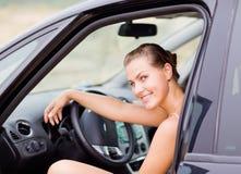 Belle verticale de fille avec son véhicule Photo libre de droits