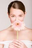 belle verticale de fille de fleur photo stock