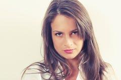 Belle verticale de jeune femme photo libre de droits