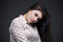Belle verticale de jeune femme Haut étroit professionnel de maquillage et de coiffure photographie stock libre de droits