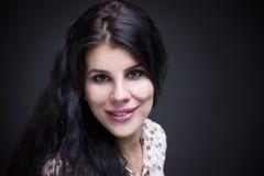Belle verticale de jeune femme Haut étroit professionnel de maquillage et de coiffure photo stock