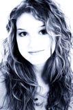 Belle verticale de l'adolescence de fille de seize ans dans des sons bleus images libres de droits
