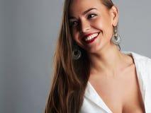 Belle verticale de sourire de femme Fille heureuse de beauté Photos stock
