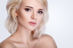 Belle verticale de visage de femme Peau émouvante de femelle sous des yeux images libres de droits