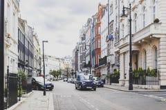 Belle vie con le costruzioni storiche in Mayfair, un afflu Fotografia Stock Libera da Diritti