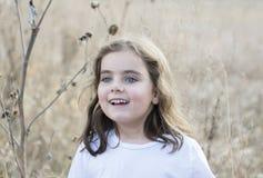 Belle vieille fille de cinq ans dehors un jour d'automne Image libre de droits