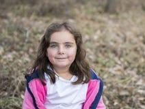 Belle vieille fille de cinq ans dehors un jour d'automne Photographie stock libre de droits