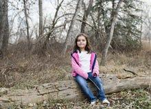 Belle vieille fille de cinq ans dehors un jour d'automne Image stock