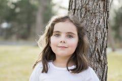 Belle vieille fille de cinq ans dehors un jour d'automne Images stock