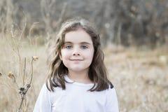 Belle vieille fille de cinq ans dehors un jour d'automne Photos stock