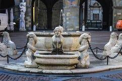 Belle vieille fontaine au centre de Bergame en Italie Image libre de droits