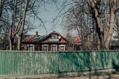 Belle vieille maison derrière une barrière en bois verte délabrée images libres de droits